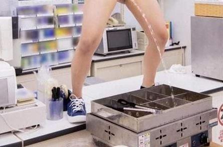 【画像】コンビニ女店員、おでんに放尿する